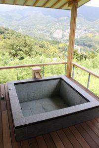 屋根付露店風呂のある家